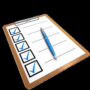 Auf diesem Bild sieht man ein Klemmbrett auf dem ein Blatt Papier befestigt ist das sind unterschiedliche Kästchen und Spalten unterteilt ist. In den Kästchen ist jeweils ein blauer Haken als erledigt Symbol zu sehen neben den Kästchen hat man die Möglichkeit auf einer schwarzen Linie etwas zu notieren. Auf dem Blatt liegt ein blauer Kugelschreiber mit silbernen Elementen.