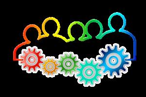 Auf diesem Bild sieht man in Regenbogenfarben eine Umrisszeichnung von 5 Personen, das Geschlecht ist leider nicht zu erkennen dabei . Passend zu den Umrissen der Personen sieht man sogenannte Zahnräder . Umrisse und Zahnräderverlaufen farblich ineinander und haben beide unterschiedliche Größen je nach Umriss der Person . Das Ganze ist dargestellt auf einem hellgrauen Hintergrund.
