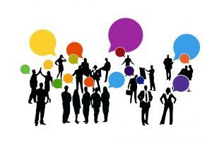 Auf diesem Bild sieht man viele Menschen , die sich in mehrere kleinere Gruppen aufteilen. Dargestellt sind sie als schwarze Figuren teilweise sogar mit Hilfsmittel. Oberhalb ihrer Köpfe sieht man viele bunte Sprechblasen, die auf ein soziales Netzwerk hinweisen sollen. Die Sprechblasen spiegeln die Farben der sozialen Netzwerke.