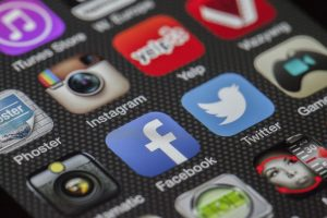 Auf diesem Bild sieht man ein Screenshot bzw eine Auflistung verschiedener Apps Punkt darunter auch die bekannte App von Twitter die man erkennt an dem blauen Hintergrund und dem weißen Vogel.