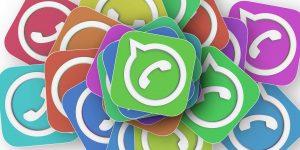 Auf diesem Bild sieht man die unterschiedlichsten Farbvarianten des WhatsApp Symbole, es handelt sich dabei um die traditionelle Sprechblase mit dem Telefonhörer. Das Original Symbol ist in grünem Hintergrund mit weißem Aufdruck , die anderen Symbole haben im Hintergrund die Farbe Violett, lila, Ocker, rot, gelb und mehr.
