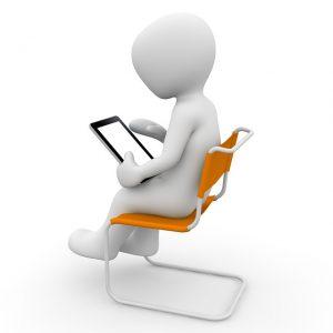 Auf diesem Bild sieht man eine Karikatur auf einem orangefarbenen schwingsessel sitzen , in seinen Händen hat er ein Tablet, wo er verschiedene Daten eingeben kann bzw bestimmte Daten nachlesen kann.