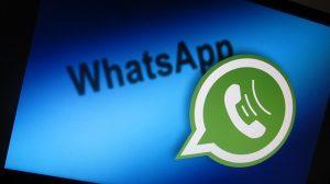 Auf diesem Bild sieht man im Hintergrund, der in blau dargestellt ist , den Schriftzug WhatsApp, der wiederum in schwarz gedruckt ist . Die Sprechblase von WhatsApp ist in grün mit weißer innen Umrandung und einem weißen Telefonhörer mit Schallwellen die auch in weiß dargestellt sind. Das Ganze wirkt dreidimensional.
