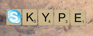 Auf diesem Bild sieht man fünf Buchstaben die jeweils in ein Kästchen eingerahmt sind, die auf einer Marmorplatte liegen. Die Buchstaben ergeben das Wort Skype und entsprechen bis auf den ersten Buchstaben dem Scrabble Spiel . Der erste Buchstabeistnachempfunden von dem Skype Symbol. Rechts unten neben den Buchstaben steht eine kleine Ziffer.
