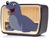 Auf dem Bild sieht man ein altes Radio aus dessen Mitte eine Seerobbe gleitet. Das Radio ist in grau mit beigem Lautsprecher, der Bereich wo die Regler für Lautstärke, Sendersuche etc ist der ist in einem dunklen Farbton. Die Seerobbe ist in blaugrau, die Brust der Robbe in grau, das lachende Maul wird in rot dargestellt mit einer schwarzen Nase.